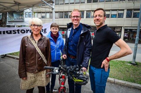 STIFTER LOKALLAG: Molly Solsvik, Tor-Einar Skog og Olav Fjeld Kraugerud er blant initiativtakerne til lokallaget Syklistenes Landsforbund starter i Ås. Karin Slattum (nr.2  fra venstre) fra organisasjonens sentralkontor gleder seg over tiltaket.
