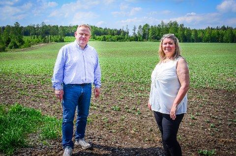 VIL VERNE MARKA: Kjetil Barfelt og Gro Haug fra Ås FrP frykter at Bane NOR vil overkjøre kommunestyret for å bygge togparkering i Ås.
