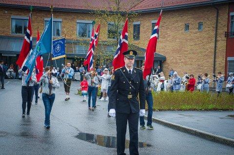 NY START: Eleven fra Åsgård og Brønnerud har tradisjonelt startet sitt tog ved Moer sykehjem. I år starter de ved Borggården. Her fra markeringen i 2017