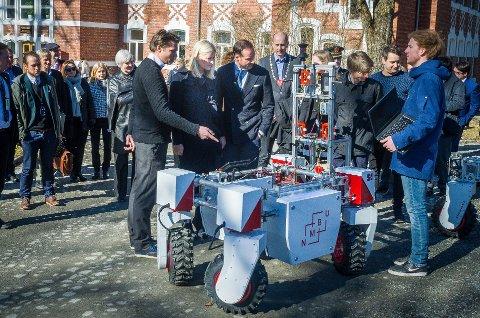 UT I VERDEN: Landbruksroboten Thorvald utviklet på NMBU har blitt en stor suksess. Nå bruker den britiske regjeringen 6.4 millioner pund på et nytt senter basert på robotteknologien fra Ås. På bildet får kronprinsparet teste roboten i 2017.
