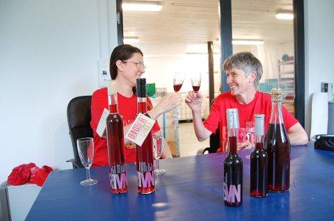 SKÅL: - Denne er god, er de enige om, Anika Perisic (t.v.) og Åse-Marit Thorbjørnsrud. De tester isvinen. Få dager før vinslippet var dessertvinen den eneste som hadde fått etiketter. Isvinen er på de små flaskene, mens sprudlevinen er på den store til høyre.