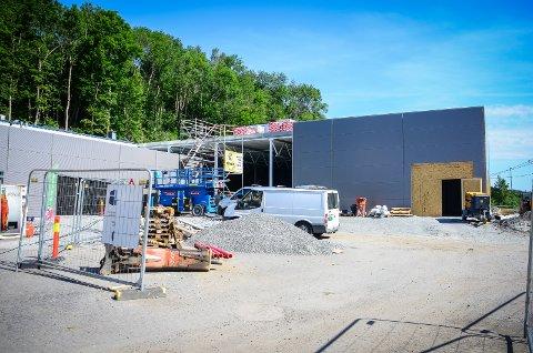 TAR FORM: Den nye butikken på Nesset er under bygging. Åpning er planlagt torsdag 31. oktober.