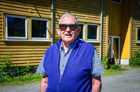 GAMMEL STUDENTLEDER: Olav Skage var formann for studentstyret i 1958 og sentral i å få bygget to av husene i Skogveien. Ett av dem kan sees i bakgrunnen.