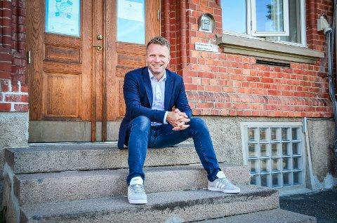 """HJEM TIL KULTUREN: Etter flere år i privat sektor føles jobben som rektor for kulturskolen som å """"komme hjem"""" for musiker Anders Moberg."""