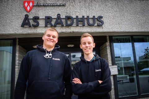 BRUK STEMMERETTEN: Fredrik Kristiansen (16) og Daniel Martinsen (15) i Ås ungdomsråd oppfordrer unge med stemmerett til å bruke den i kommunevalget 9. september. - Vi som er for unge til å stemme bør allikevel engasjere oss i samfunnet, sier de.