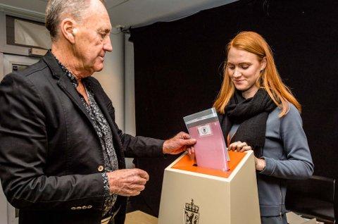 Alt godkjent og valgfunksjonær Sanna Svendsson har åpnet valgurnen, mens Odd Vangen finner glipen hvor sedlene skal inn.
