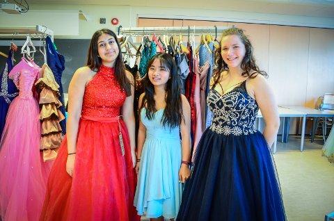 PRØVER KJOLER: Sara Khoda (15), Mai Anh Tran (13) og Anastasija Kozlovska (15) prøver brukte kjoler i forkant av skoleballet til Ås
