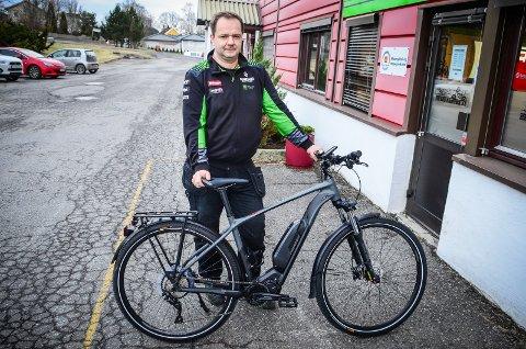 SATSET PÅ STRØM: Michael Gajda Strøm hos HS MC-senter i Ås selger vanligvis bensindrevne motorsykler. Nå satser han på å utvide med elektriske tråsykler.
