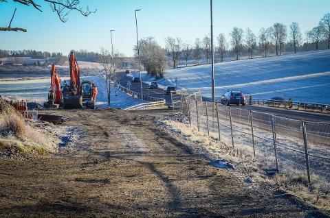 I GANG: Fredag startet arbeidene med å legge et 30 meter langt og 42 tonn tungt rør under E18 ved Holstad i Ås.