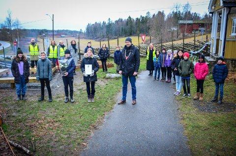 MILJØPRIS: Skolehagen til Nordby skole har blitt noe positivt for hele Nordby, sa ordfører Ola Nordal da han delte ut prisen til elevene.  På bildet: 7. trinn: Othilia Søder vegge (12), Casper Golberg Lien (12), Lukas Sellevoll Forfang (12) og Sara Hesni Larsen (12). 6. trinn: Jakob Isaksen (11), Jacob Nore (11), Ane Flåm (11) og Nadia Louhibi (11). 5. trinn: Conrad Ekornås Berglund (10), Magnus Kristiansen Lang (10), Mina Skeime Hasanovic (10). 4. trinn: Elias Hasselstrøm (9), Tilla Myrer (9), Live Lillehaig Kaasa (9) og Ulrik Østby-Weydahl (9).