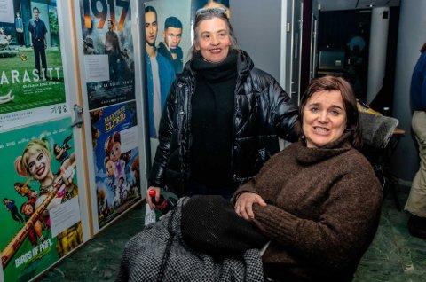 ROSER KOMMUNEN: Eva Merete Lunde er avhengig både av å bruke rullestol og ha med medhjelper Mirielle Hansen. Kulturtilbudene i Ås kulturhus bruker de mye, og nå står Nordstoga-konserten på programmet.