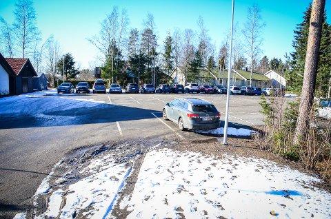 VIL PARKERE HER: Rustad skole ønsker at flere av deres ansatte skal kunne bruke parkeringsplassen til Ås Arbeidskirke så lenge pandemien varer og myndighetene oppfordrer til å ikke benytte kollektivtransport.