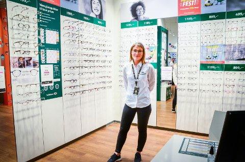 TILBAKE PÅ JOBB: Etter nesten tre uker stengt kunne butikksjef Ingelin Gulbrandsen åpne Brilleland på Vinterbro senter.