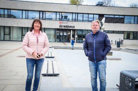 VIL SYNGE: Dirigent Inger Thorbjørnsen og styreleder Torstein Hvattum i koret ÅsEnsemblet ønsker å starte korøvelser igjen, men kommuneoverlegen sier nei.