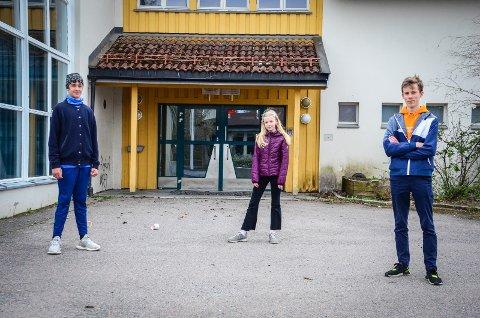 BER POLITIKERNE BYGGE SKOLEN: Elevrådsrepresentantene  Jonas Mehraja (12) og Eiril Omholt Gjevstad (11) mener byggingen av Åsgård skole ikke kan vente. De får støtte av Daniel Martinsen (t.h) som er leder for Ås Ungdomsråd.