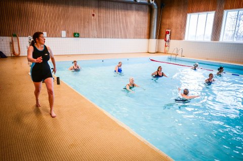 KAN SNART SVØMME IGJEN: Krisen er avblåst for Ås svømmehall. Bildet er fra 2018 og viser instruktør Kari Engvig leder gruppetrening i Ås svømmehall.