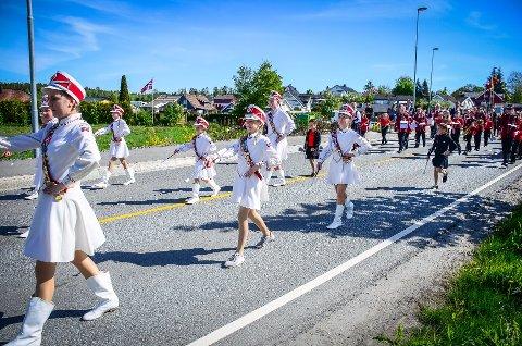 VIL SPILLE: 17. mai skal i år markeres uten barnetog, men det blir korpsmusikk, lover korpsene. Her leder Nordby skolekorps an i 17. maitoget på Solberg i 2019.