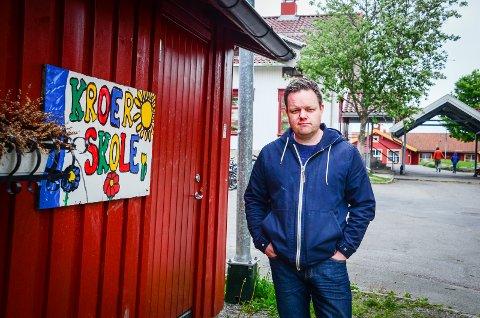 LEI AV DRAGKAMP: Øystein Breivik har barn på Kroer skole. Han og andre foreldre er lei av at det stadig blir politisk debatt om skolens fremtid.