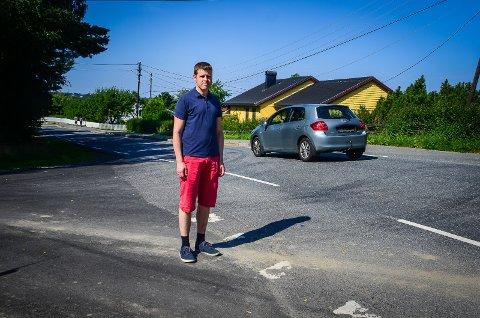 UTRYGG SKOLEVEI: Stefan Isaksen forteller om kaotiske tilstander ved Nordby skole om morgen og ettermiddagen. Noe må gjøres for å hindre farlige situasjoner og ulykker, sier han.