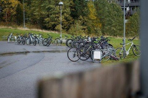 FARLIG: Flere elever har fått løsnet hjulet på sine sykler på Haugjordet ungdomsskole.
