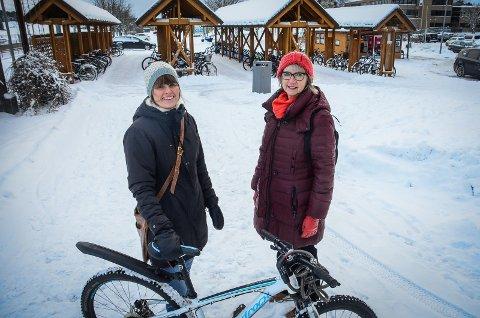 SYKKELHOTELL: Etter mange år med snakk, ønsker og planlegging starter byggingen av sykkelhotell på Ås stasjon, det sier Siri Gilbert og Bertha Solheim Hansen i Ås kommune.