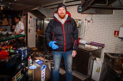 GOD IDE: Monty Hatfield spurte seg selv om ikke ansatte på storkjøkken kan bytte plasthansker raskere og mer hygienisk, svaret ble en ny maskin som skal produseres og leveres til bedrifter i Norge og i utlandet.