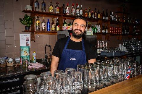 TØFFE TIDER: - Vi tapte masse penger i denne perioden med nedstengning. Nå er vi avhengige av at folk støtter opp om serveringsstedene i Ås, sier Abdulaziz Sharro som driver Charlie's Diner i Ås sentrum.