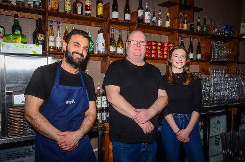 NYTT MANNSKAP: Charlies Diner har fått ny driver og nytt mannskap (f.v) Abdulaziz Sharro, Øyvind Jekthammer og Ella Fennell.