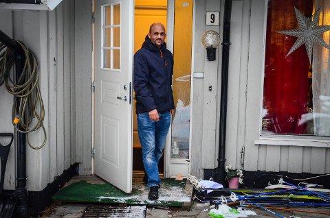 KAN BLI PRESSET UT AV ÅS: I en komunal bolig har Tesfamariam «Mamush» Berhane Negassi bodd med kone og fire barn siden 2013. Nå hever kommunen kontrakten og familien kan bli presset ut av Ås på grunn av de høye boligprisene.