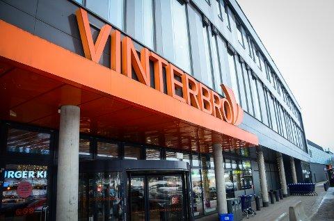 STENGER DET MESTE: Kun matbutikker, optiker, dyrebutikkern, apotek og take away fra Burger King er nå tilgjengelig på Vinterbro senter.