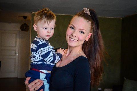 FÅR IKKE PLASS: Tina og samboeren på Vinterbro har lett etter barnehageplass for sønnen Adrian (1,5) siden november 2020., men risikerer å ikke få noen plass før til sommeren.