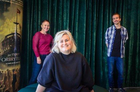 """NY SJEF: Kristine Tingvik Aas (midten) begynte denne uken i jobben som kinosjef i Ås. Hun ønsker å bygge videre på den gode utviklingen Ås kinoteater har hatt under Martin Øsmundset (t.h). Kulturhusleder Myfanwy Moore (t.v) sier at Ås kulturhus er på vei inn i et """"spennende nytt kapittel""""."""