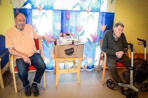 BOKHYLLE: - Vi har fått mange fine bøker, men vi mangler en bokylle å ha dem i, så mange bøker blir liggende i pappesker, sier Arvid Gjelten (78) og Kolbjørn Foss (83) som bor i kommunens omsorgsboliger på Moer.