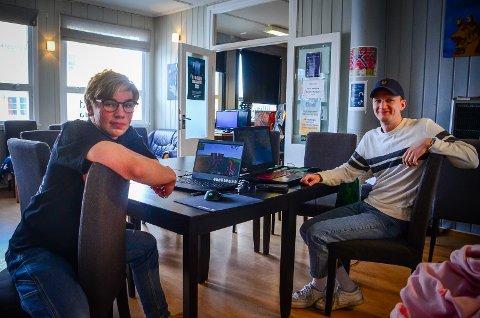 INVITEERR TIL DIGITAL 17. MAI: Torbjørn Walker Økra (16) og Bendik Hvoslef-Eide (25) er sammen med 14 andre ungdommer i gang med å bygge en digital versjon av Ås sentrum og NMBU i MInecraft der et digitalt 17. maitog skal gå av stabelen på nasjonaldagen.