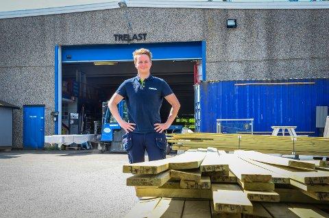 MERKER SITUASJOEN: - Det er mangel på råtømmer til å lage lage trelast- og byggevarer. Derfor presses prisene opp fra leverandørene, sier Oskar Jørgensen som er varehussjef hos Maxbo Ås.