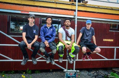 ERFARING: Elevene fra VG2 byggfag på Vestby videregående skole setter stor pris på at de har fått jobbe på prosjektet «Begeistringens us» på Breiovoll det siste året. Det har gitt dem mye nyttig erfaring, sier de. På bildet: Magnus Hannevold (18), Roba Folland-Boranto (18), Marco Alcantara (18) og Sebastian Omberg (18).