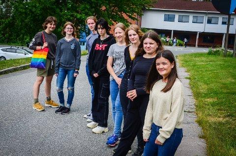 SIER STOPP: Elever ved Ås ungdomsskole  har fått nok at hets, skjellsord og fordommer.  På bildet (f.h): Luara Midtøy (14), Amelia Elen (15), Madeleine Burud (15), Vilde Vaaje-Kolstad (15), Rajana Bekaeva (15), Silas Bakke (15), Johanne Moen (15) og Morild Lanser (15).