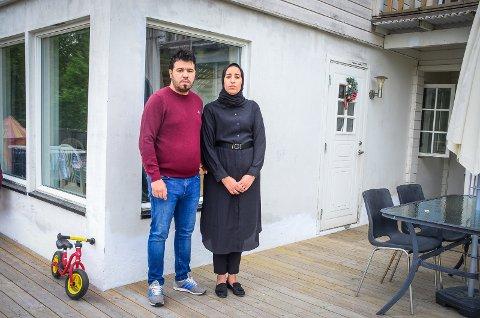 LANG KAMP: Nabil Lahnech (t.v) har kjempet i flere år for å få erstattning for feil og mangler ved boligen på Vinterbro som det ikke ble opplyst om da han kjøpte den. Her står han sammen med kona Aya Baya utenfor boligen.