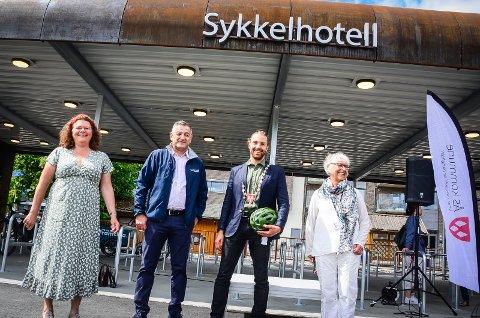 ÅPNET SYKKELHOTELLET: (f.v) Fylkesvaraordfører Kathy Lie (SV) i Viken fylke, regionlader Kamran Nikazm i Bane Nor Eiendom, varaordfører i Ås Martin Løken (MDG) og kommunedirektør i Ås Trine Christensen.