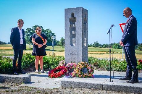 MARKERING: Som en del av minnesmarkeringen på tiårsdagen for terrorangrepene 22. juli l det lagt end kranser og holdt taler ved minnesmerket utenfor Nordby kirke.