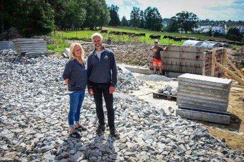 BYGGEPLASS: Støpingen av de første elementene som skal bli til et slakteri på Dyster gård er i full gang. Tove og Johan Bjørneby gleder seg veldig til prosjektet kommer i mål.