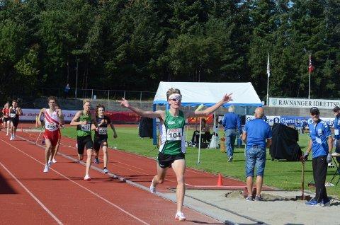 TIL TOPPS: Ole Jakob Solbu imponerte da han lekende lett vant 1500 meter på junior NM. Dette var hans første juniorgull.