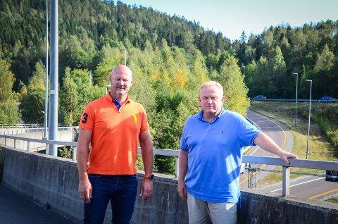 ØNSKER NÆRING: Bengt Nøst-Klemmetsen (H) og Kjetil Barfelt (FrP) støtter forslaget om å regulere deler av Nordbyåsen i bakgrunnen til næringspark.