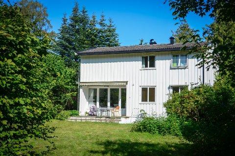 LUKRATIVT: Hybelutleie i Ås kan gi store inntekter. Dette huset i høgskoleveien er til salgs og averteres som hybelhus. Ifølge salgsannonsen genererte hyblene i huset til sammen over 350000 kr i leieinntekter i 2020.