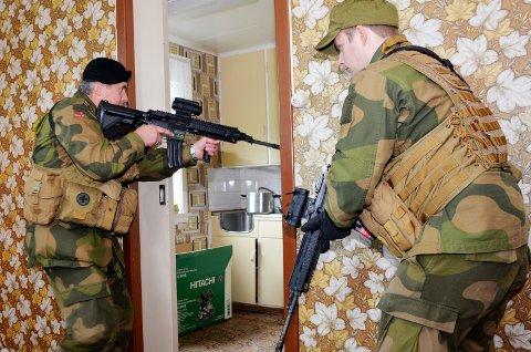 Kjøkkenveien:  Jarle Stavik  inn på kjøkkenet, Kristian Horvli følger straks etter og rommet kan erklæres klarert.