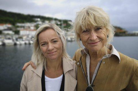 ENORMT SAVN: Kamilla Solheim (t.v) og Nina Gresvig har i en årrekke jobbet med Kåre Karlsen i Risør seilforening. De forteller om en mann med enorm sjenerøsitet og glede. Foto: HPB