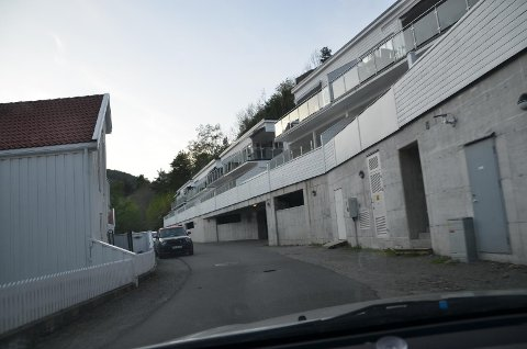 SMALT FORTAU: Det må anlegges et opphøyd fortau på 1,5 meter innmot boligene til venstre på dette bildet.