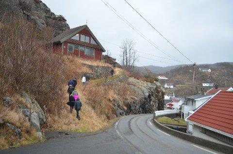 PARKERINGSPLASS? Det går en sti opp til kunstnerboligen Gloarbu i Rasvåg. Bedre tilgjengelighet og parkeringsplass er beregnet å koste én million kroner inkludert kjøp av noe tomtegrunn.