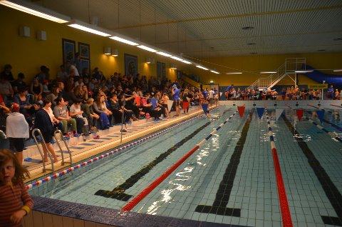 MYE FOLK: Det var fullt i svømmehallen i Ueneshallen da det ble arrangert svømmestevne lørdag.