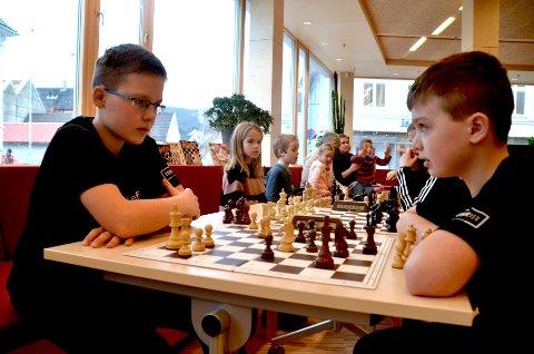 KONSENTRERT: Brødrene Jakob (til venstre) og Mati Ufig er svært konsentrert.